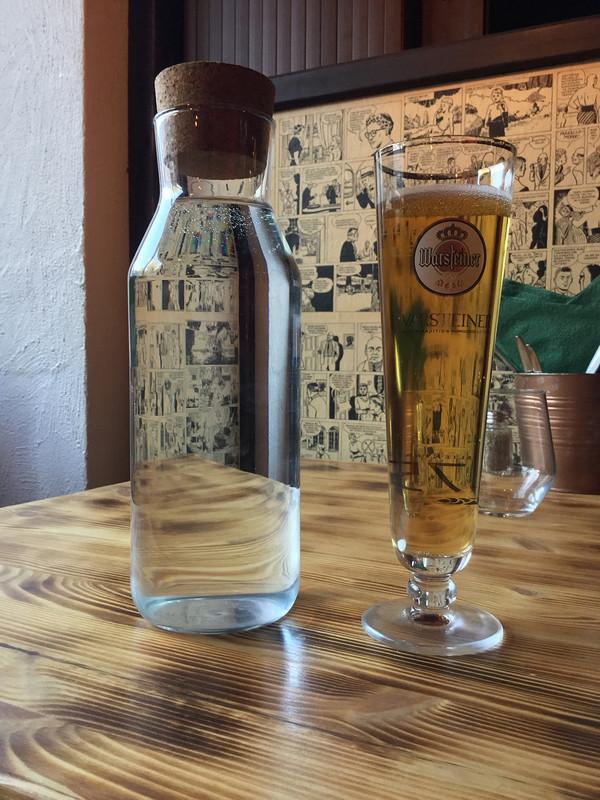 Olutlasi ja vesilasi pöydällä Ravintola Majassa